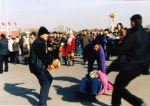 Brutalidad policial a los practicantes de Falun Gong en la plaza de Tiananmen