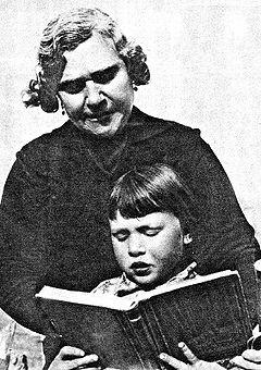 """Natividad Yarza en su actividad de maestra. Imagen aparecida en """"Estampa"""" el 3 de marzo de 1934 en un artículo dedicado a la """"primera mujer alcaldesa""""."""
