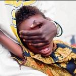 Una niña en el momento de sufrir la ablación. (Foto: J. M. Bouju)